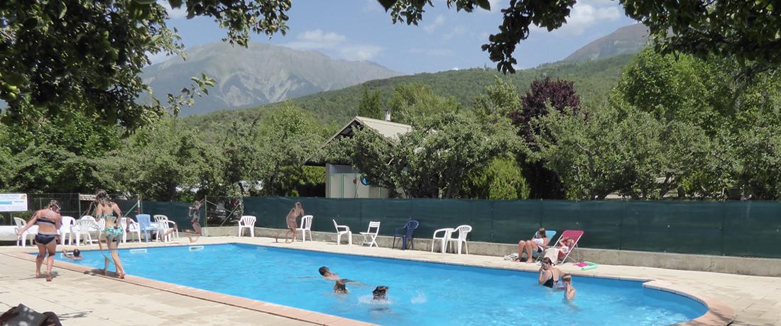 Une piscine au pied des montagnes